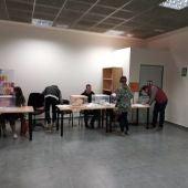 Ciudadanos votando en las Elecciones Generales y Autonómicas en un colegio electoral de Elche.
