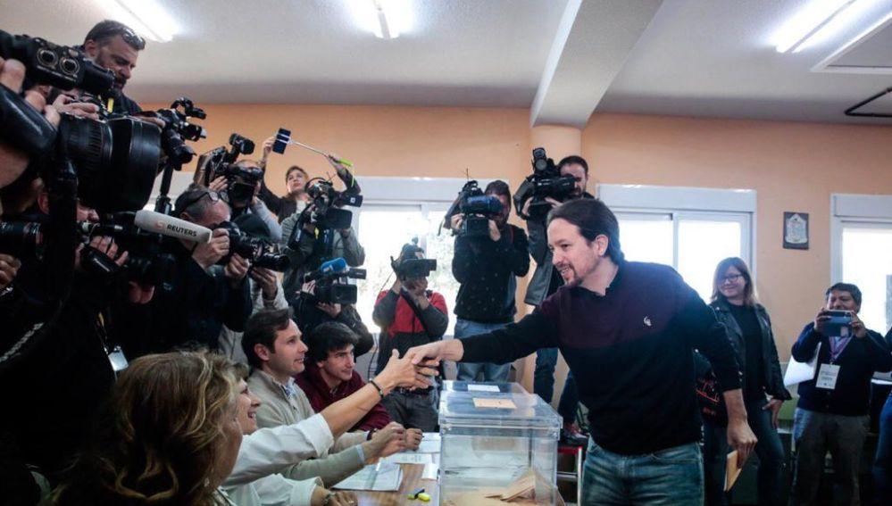 Pablo Iglesias vota en Madrid