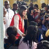 La reina Letizia visita el Centro de Investigación de la Malaria en Maniça