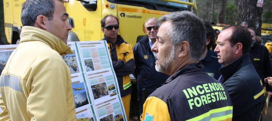Algunos de los efectivos que trabajan en la campaña contra incendios forestales de Baleares
