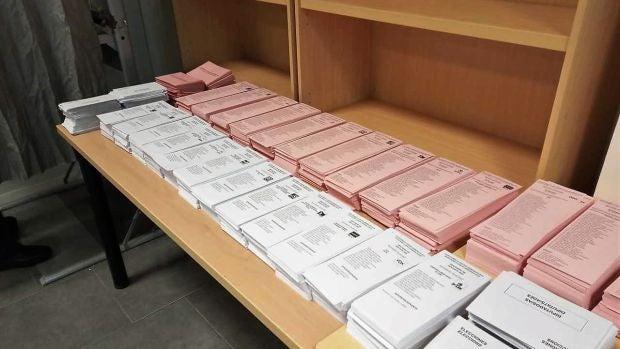 Papeletas electorales en un colegio de Elche en las elecciones generales de 2019.