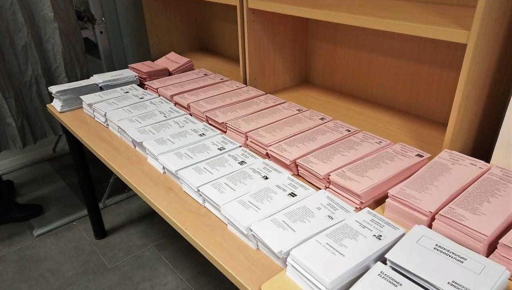 Elecciones generales 2019: Papeletas electorales en un colegio de Elche en las elecciones generales de 2019.