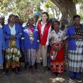 La Reina Letizia se reúne con los cooperantes en Beira (Mozambique), la parte más afectada por el ciclón