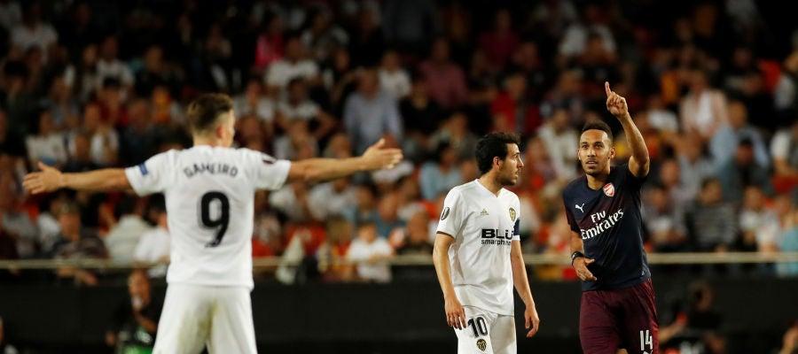 Aubameyang celebra uno de sus goles contra el Valencia