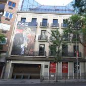 Lona en recuerdo a Alfredo Pérez Rubalcaba en la sede de Ferraz