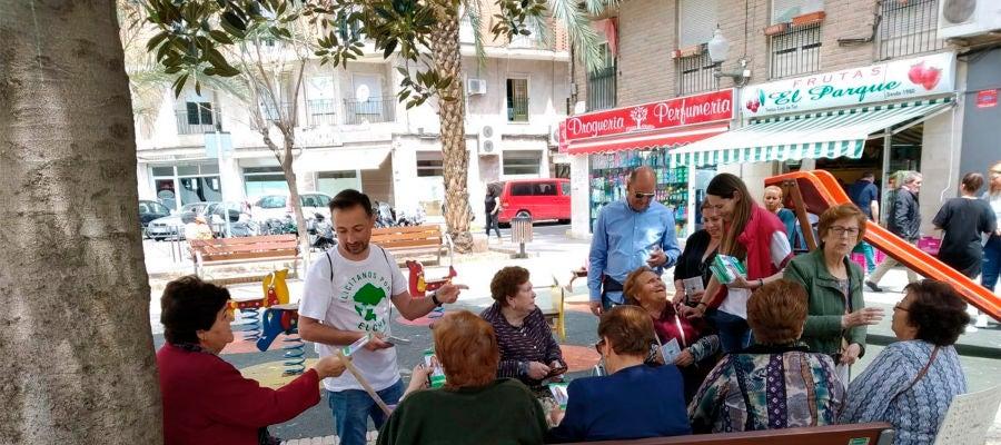 Cristina Martínez y Fernando Durá, candidatos de Ilicitanos por Elche, haciendo campaña en las calles de Elche.