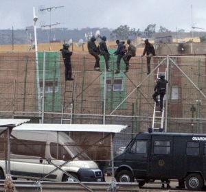 Más de 200 personas protagonizan un salto masivo a la valla de Melilla