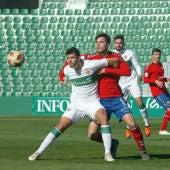 Nacho Ramón pugna por un balón ante la defensa férrea de un rival.