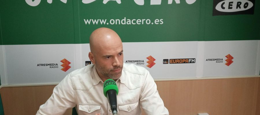 José Vicente Bustamante durante la entrevista en los estudios de Onda Cero Elche.