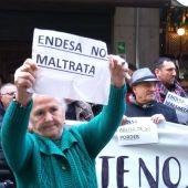 Vecinos de la Zona Norte en una manifestación contra los cortes de luz
