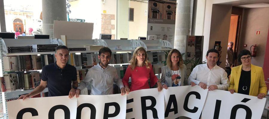 Los representantes de los principales partidos políticos de Castellón firman un acuerdo de cooperación internacional.