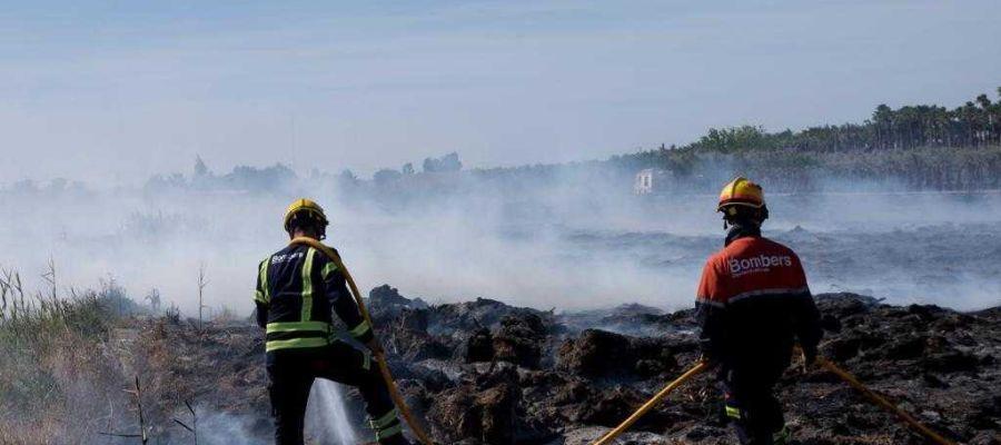 Bomberos en las labores de extinción del incendio en Elche.