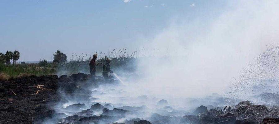 Bomberos en el incendio de Elche.