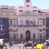 La Puerta del Sol madrileña se viste de gala en vísperas de la final de la Champions League