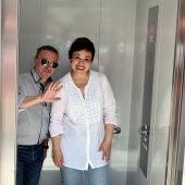 Alberto Lillo y Pilar Zamora, en el ascensor de la Plaza Mayor