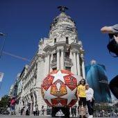 El balón de la final de la Champions, delante del Edificio Metrópolis