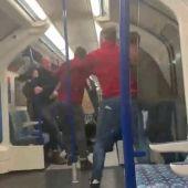 Brutal pelea entre seguidores del Arsenal en el metro de Londres