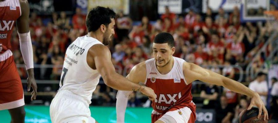 Facu Campazzo defiende ante un jugador del Manresa