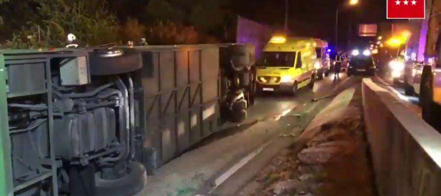 Al menos 20 heridos al volcar un autobús en la salida de A-1 en Madrid