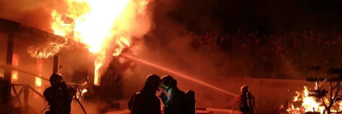 Bomberos en el incendio de dos casas prefabricadas en Elche.