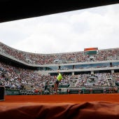 Nadal ejecuta un saque en Roland Garros