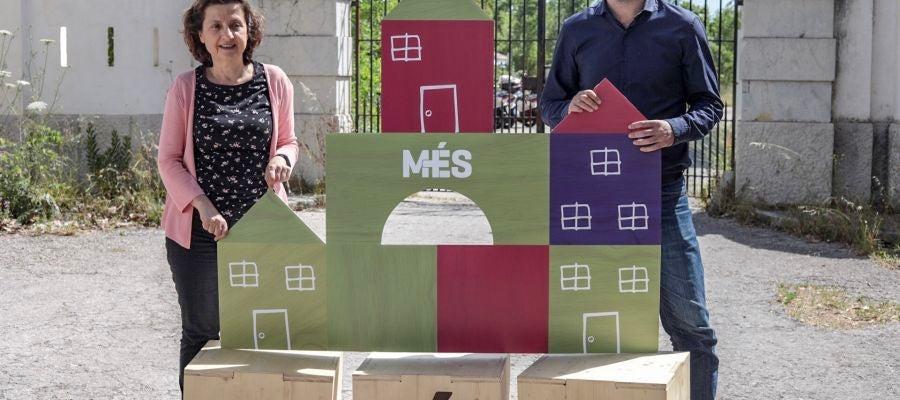 Fina Santiago y Antoni Noguera, de la candidatura de Més per Mallorca en los comicios del 26 de mayo, posan sonrientes.
