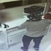 Un hombre atraca un banco con aguacates