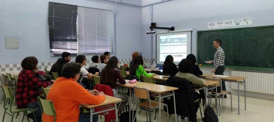 Alumnos y profesor de de la EOI en la sede de la Plana Baixa ubicada en la ciudad de Vila-real.