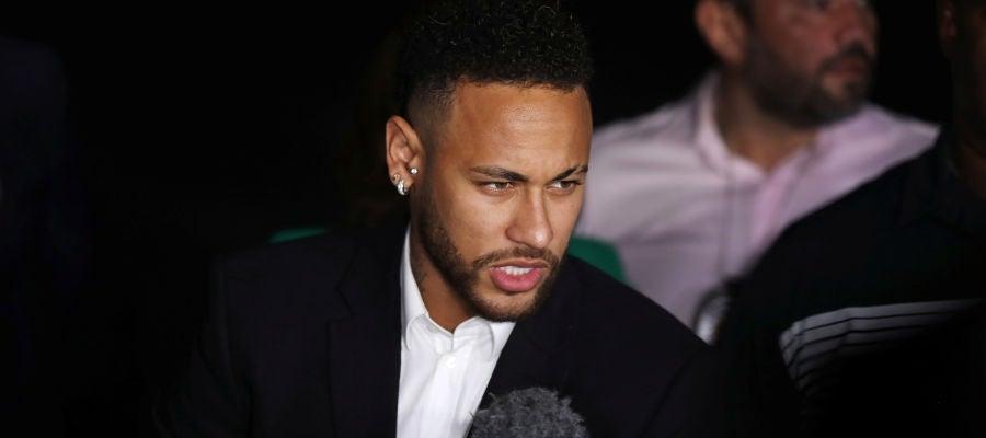 Neymar atiende a los medios de comunicación tras su declaración