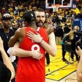 Marc Gasol abraza a su compañero en los Toronto Raptors Serge Ibaka, tras convertirse en campeones de la NBA