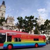 Los autobuses con el vinilo con el lema del día del orgullo ya recorre la ciudad.