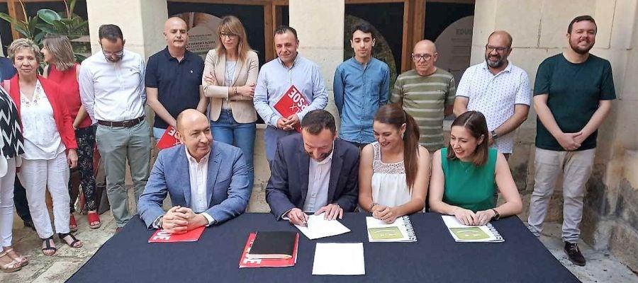 Firma del pacto de gobierno entre PSOE y Compromís en Elche.