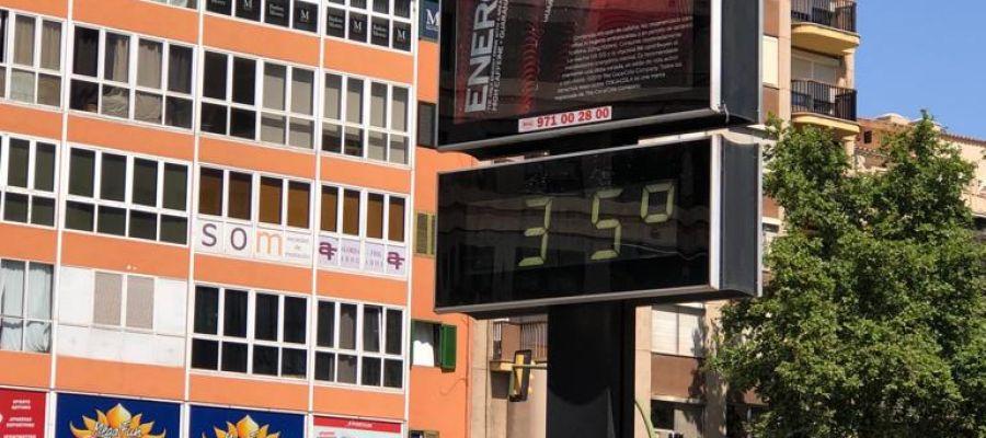Un termómetro del centro de Palma marca los 35 grados que se han alcanzado en la capital balear.