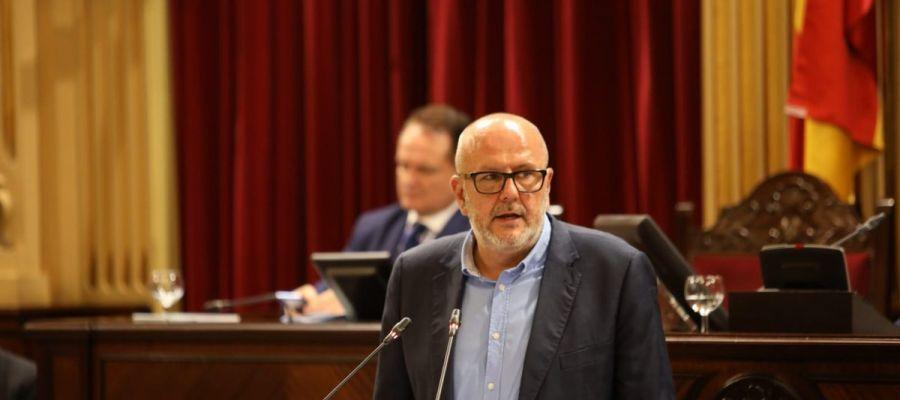 Miquel Ensenyat, de Mes per Mallorca, en el debate de Investidura de Francina Armengol.