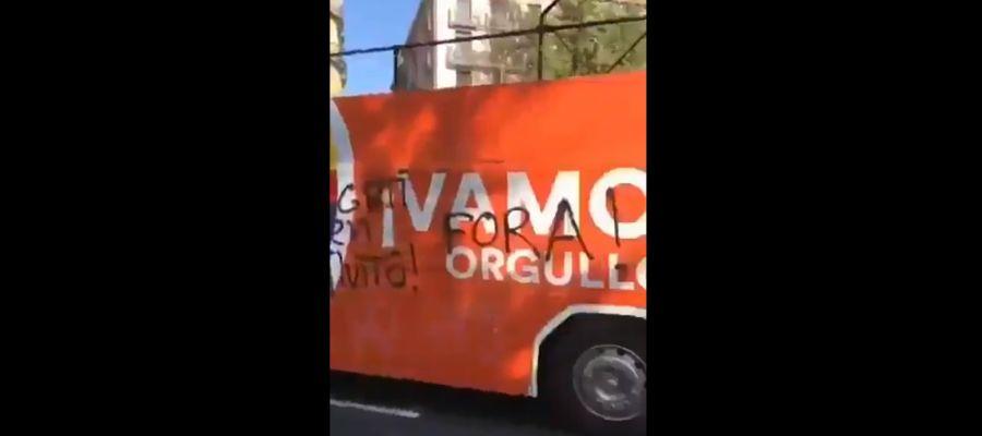 Pintadas al autobús de Ciudadanos en el Orgullo