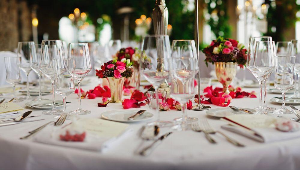 Imagen de archivo de un banquete en un salón de bodas.