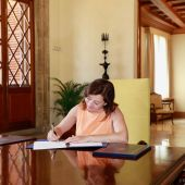 Francina Armengol firma los decretos para establecer la estructura del Govern y nombrar a los consellers