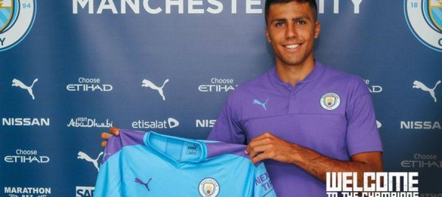 Rodrigo Hernández posa con la camiseta del City