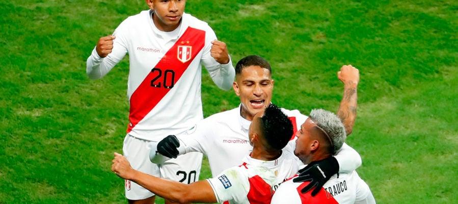 Perú celebra un gol ante Chile
