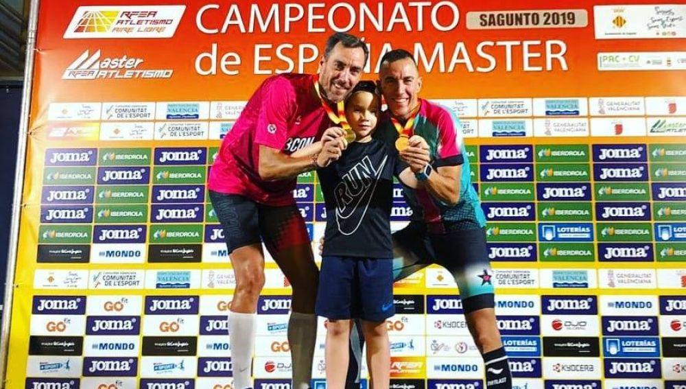 Juan Carlos y Pedro Antonio Esteso posan con su hermano menor y las medallas obtenidas