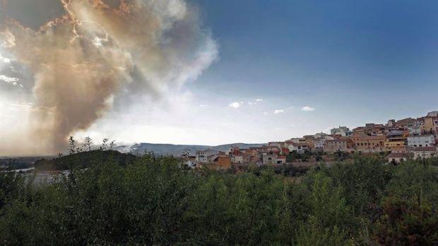 Medios aéreos se incorporan a los trabajos de extinción del incendio de la localidad alicantina de Beneixama