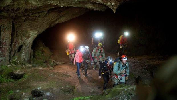 Las tres espeleólogas a las que se buscaba en Cantabria salen de la cueva por su propio pie y en buen estado
