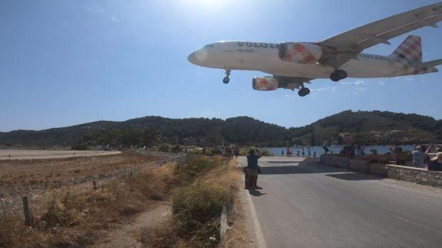 Espectacular aterrizaje de un avión a dos metros de las cabezas de los bañistas en una playa de Grecia
