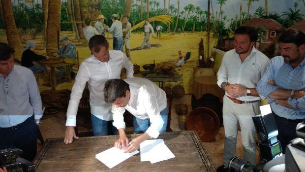 Toni Cantó y Carlos Mazón firman el acuerdo de investidura en el Museo de Puçol de Elche.