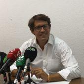 El concejal del Partido Popular de Elche, Juan de Dios Navarro, durante la rueda de prensa convocada.