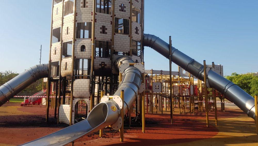 Las llamas han quemado parcialmente el castillo infantil de Sa Riera