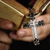 Una cruz colgando de una Biblia