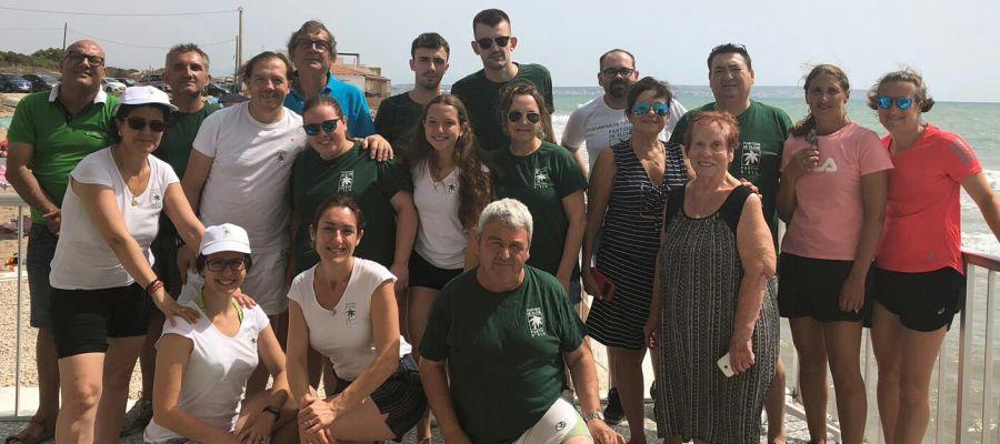Miembros y simpatizantes del Partido de Elche durante la jornada de limpieza en La Marina