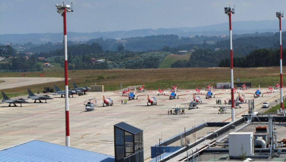 La plataforma del Aeropuerto de Asturias con algunos de los aviones que participan en el Festival Aéreo de Gijón