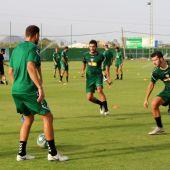 Los jugadores del Elche entrenan en el Anexo del estadio Martínez Valero